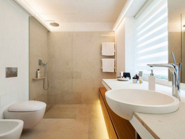 تغییر یک حمام 5 متر مربعی تاریک به فضایی روشن