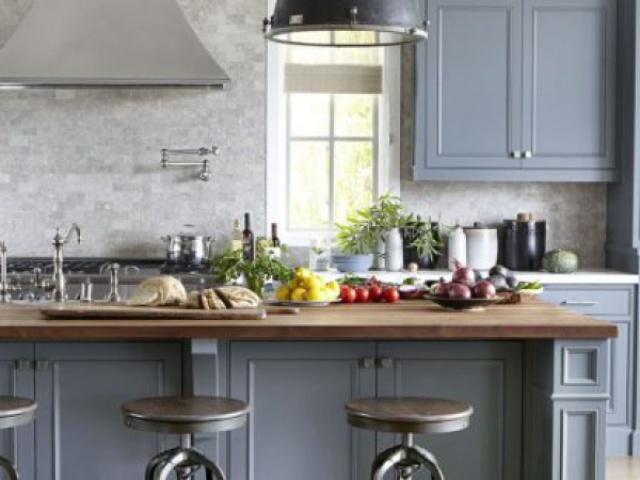 سه آشپزخانه ی آرام و روشن با کابینت های به رنگ سفید کرمی